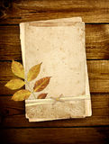 Tarjetas viejas en tablones de madera Fotos de archivo libres de regalías
