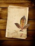 Tarjetas viejas en tablones de madera Imagen de archivo