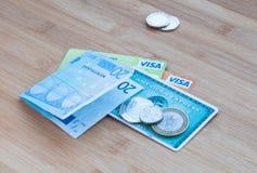 Tarjetas Visa de American Express, y dinero del efectivo Fotografía de archivo libre de regalías