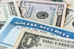 Tarjetas y billetes de dólar de la Seguridad Social de los E.E.U.U. imagenes de archivo