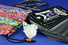 Tarjetas y bolso de Tarot Imagen de archivo