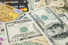 Tarjetas y dólares de crédito de la visa y de Mastercard Fotos de archivo libres de regalías