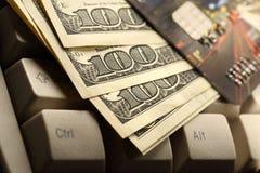 Tarjetas y dólares de crédito Foto de archivo libre de regalías