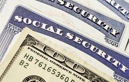 Tarjetas y efectivo de la Seguridad Social que representan finanzas y Retirem Foto de archivo libre de regalías
