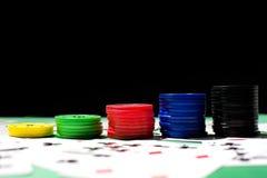 Tarjetas y fichas de póker del póker Imágenes de archivo libres de regalías
