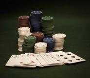 Tarjetas y pila de virutas de póker Imagen de archivo