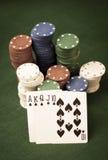 Tarjetas y pila de virutas de póker Imágenes de archivo libres de regalías