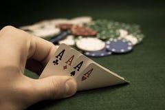 Tarjetas y pila de virutas de póker Fotos de archivo libres de regalías