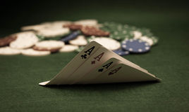 Tarjetas y pila de virutas de póker Fotos de archivo