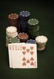 Tarjetas y pila de virutas de póker Foto de archivo libre de regalías