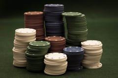Tarjetas y pila de virutas de póker Foto de archivo