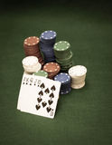 Tarjetas y pila de virutas de póker Imagenes de archivo