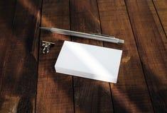 Tarjetas y pluma de visita Fotos de archivo libres de regalías