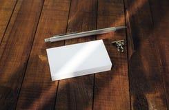 Tarjetas y pluma en blanco de visita Fotografía de archivo