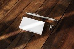 Tarjetas y pluma en blanco de visita Imagen de archivo