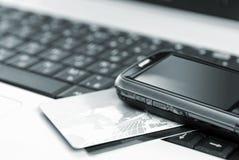 Tarjetas y teléfono móvil en el cuaderno Foto de archivo