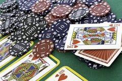 Tarjetas y virutas del póker Fotografía de archivo libre de regalías