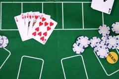 Tarjetas y virutas para el póker Imágenes de archivo libres de regalías