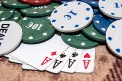 Tarjetas y virutas para el póker Fotos de archivo