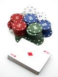 Tarjetas y virutas para el póker fotografía de archivo libre de regalías