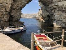 Tarkhankut,克里米亚,在岩石附近的小船 库存图片