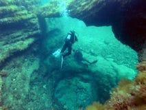 В подводном гроте стоковые фотографии rf