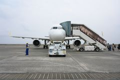 Tarmac en Baan bij Amami-luchthaven in Amami Oshima, Kagoshima, Japan stock afbeelding