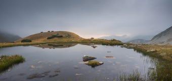 Tarn i berg på solnedgången Fotografering för Bildbyråer