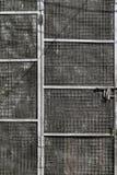 Tarnished дверь с защитной сеткой металла стоковое фото rf