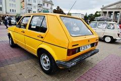 Tarnopol, Ucraina - 9 ottobre 2016: Retro giallo classico V dell'automobile Immagini Stock
