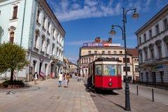 Tarnow, Malopolskie/Polen - Mei, 1, 2019: Een historische die wagen in het stadscentrum wordt geplaatst Trammonument in de stad i royalty-vrije stock afbeeldingen