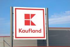 Tarnowskie Krwawy, Polska Lolgo supermarket Kaufland - 14/04/2019 - obrazy royalty free