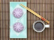 Taro Mantou Chinese a cuit le petit pain à la vapeur dans le plat vert sur le tapis en bambou Photo libre de droits