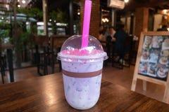 Taro Milk te med den rosa Konjac bubblan royaltyfri bild
