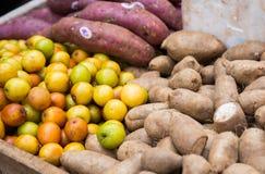 a Taro-raiz, o jujuba e a mandioca enraízam na prateleira no mercado tailandês Imagens de Stock