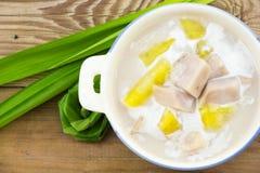 Taro y patata dulce en leche de coco dulce imágenes de archivo libres de regalías