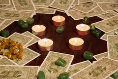 Tarockkarten, brennende Kerze und Runen Lizenzfreie Stockfotos