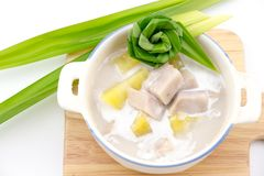 Taroen och sötpotatisen i söt kokosnöt mjölkar arkivfoto