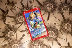 Tarokkort åtta av svärd Draketarokdäck esoterisk bakgrund royaltyfria bilder