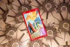 Tarokkort fem av svärd Draketarokdäck esoterisk bakgrund royaltyfri fotografi