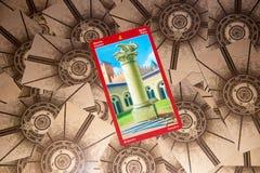 Tarokkort fyra av svärd Draketarokdäck esoterisk bakgrund arkivbilder