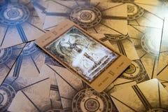 Tarokkort jäkeln Labirinth tarokdäck esoterisk bakgrund Arkivbilder