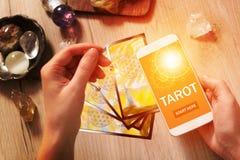 Tarokkort och mobiltelefon royaltyfri bild