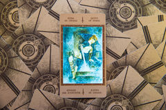 Tarokkort Qeen av spadar Labirinth tarokdäck esoterisk bakgrund Arkivfoton