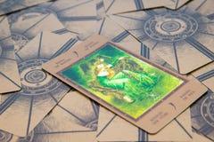 Tarokkort Qeen av trollstäver Labirinth tarokdäck esoterisk bakgrund Arkivbild