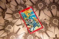 Tarokkort sex av svärd Draketarokdäck esoterisk bakgrund fotografering för bildbyråer