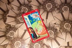 Tarokkort tre av svärd Draketarokdäck esoterisk bakgrund fotografering för bildbyråer