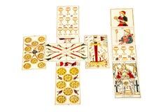 Tarokkortuppsättning ut i spridningen för keltiskt kors Royaltyfri Fotografi