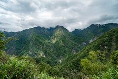 Taroko峡谷国立公园在台湾 用茂盛植物盖的美丽的青山在多云阴暗天气 免版税图库摄影