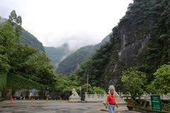 taroko峡谷风景区入口在多云天 免版税库存照片